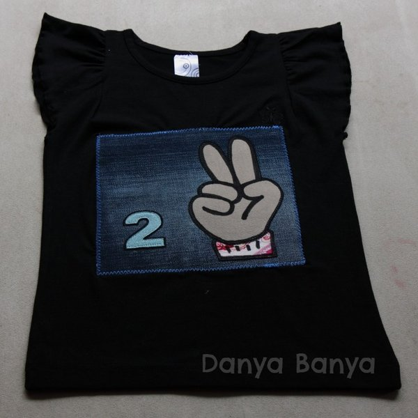 2 T-shirt showing child's age in fingers